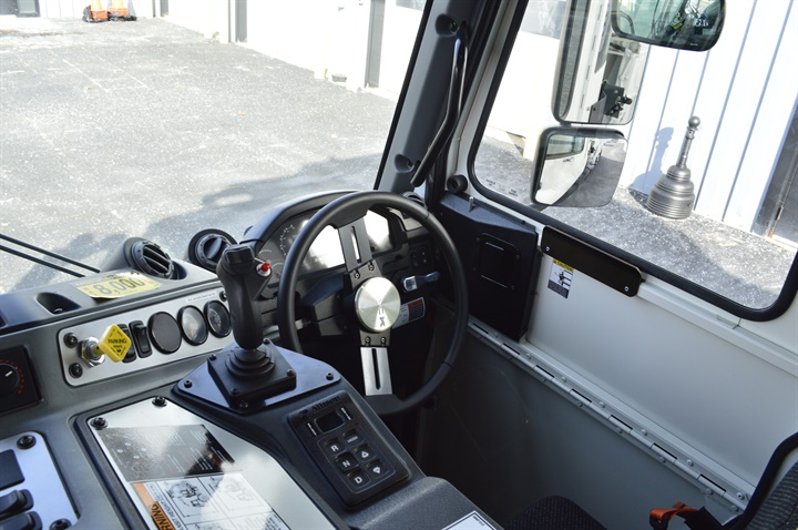The LR can be driven from both the left and right cab positions.