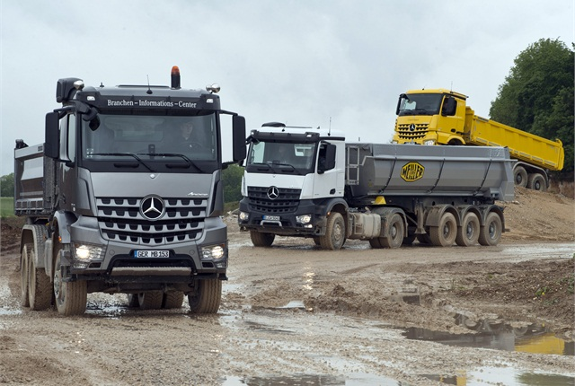 The star of the demonstration run was the ordinary white two-axle tractor (center) with HAD on the front wheels. The silver truck to the left is an 8x8 and the yellow one in the background a 6x4. (Photo: Daimler Trucks)