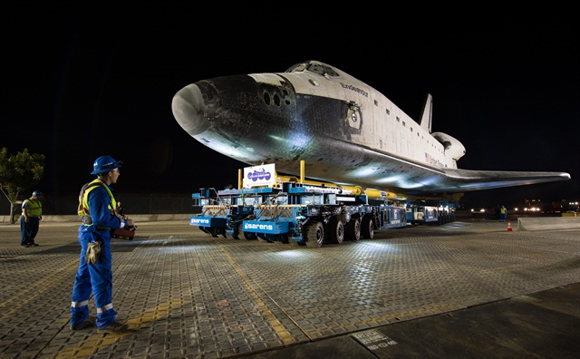 To transport the Endeavour, Sarens used four specially designed Kamag self-propelled modular trailers, which were controlled by a person walking alongside using a remote joystick panel.