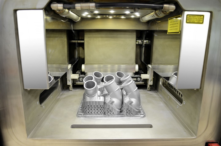 The view into the interior of the 3D printer shows the first printed