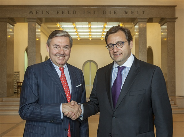 Michael Behrendt, Chairman of the Executive Board of Hapag-Lloyd (left), and Oscar Hasbún, CEO of CSAV, today at Ballin House (Hapag-Lloyd headquarters) in Hamburg after the signing.