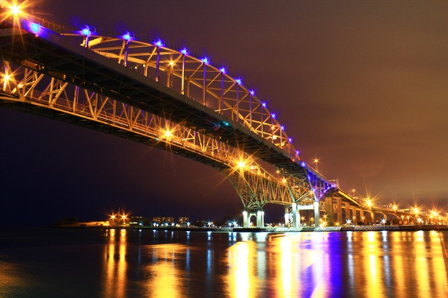 A view of the Blue Water Bridge at night from the American side looking towards the Canadian side. Photo: Matthew Gordon via Wikimedia Commons.