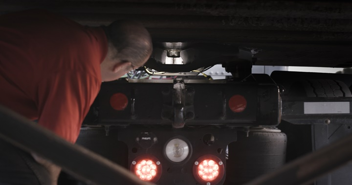 White LEDs illuminate the fifth wheel s jaws and trailer s kingpin,