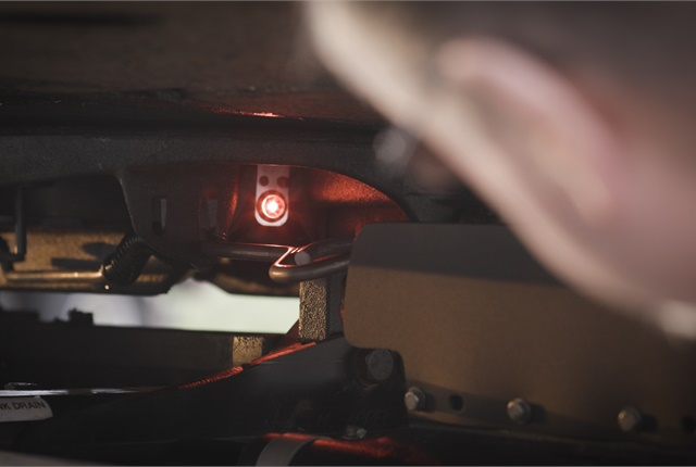 If the coupling is not successful, red LEDs, one on each side of the fifth wheel, begin flashing as a warning to the driver.