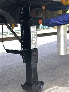 Driver uses two push buttons to pneumatically raise or lower a PTS50's legs while the trailer's nose is supported by the tractor. There are no internal gears or external crank handle.
